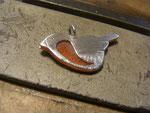 Das ebenfalls ausgesägte Vögelchen aus Plexiglas, wird durch feilen angepasst...