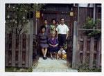 大城芳子さんとその夫・大城朝則さん。大阪、本部家にて。昭和45年。