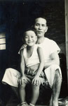 金城仁助さんとその息子。大阪、本部家にて、昭和36年。