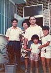 左から松島朝重さん(芳子長男)、松島芳子さん、本部朝正、直樹、朝行。昭和49年、沖縄、松島宅にて。