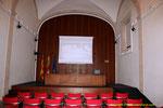 """Sala audiovisual  en el interior  de San Miguel de los Reyes  """"un antiguo Monasterio de los Jerónimos"""". Se encuentra a las afueras de la ciudad, en el antiguo camino de Barcelona """"hoy Avinguda de la Constitució""""."""