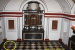 Cripta en donde están enterrados la pareja., señalado en un circulo..