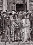 Mariage de Madeleine Quesnel avec Jules Canac-Marquis en 1924. Derrière Jules, on reconnait Frédéric Canac-Marquis, son père. Derrière Madeleine, on remarque Simone et Adélard. À droite de la photo on reconnait Lionel