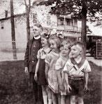 Paul-Émile, Margot, Suzanne Canac-Marquis, Jean-Claude, André devant le magasin général