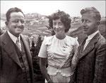 Albert Quesnel (Fils de Jules Amédée Dorcineau, frère d'Adélard), Suzanne Canac-Marquis et Etienne Corbeil. Photo prise à Port-Daniel en Gaspésie en1947 où Albert était médecin. Auparavant il avait été médecin sur l'île Anticosti. Voir section vidéo
