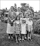 Madeleine, Claire Roy, Lionel, Aline, Suzanne, Micheline (fille de Rodolphe Canac-Marquis frère de Jules) Pierrette Daignault, André Quesnel. Photo prise sur la rue des Braves à Québec