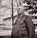 Adélard Quesnel devant le magasin à St-André-Avellin
