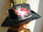 la même barrette sur le chapeau