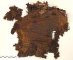 Rückseite der Oberbekleidung mit anhaftender Haarschleife im Kragenbereich