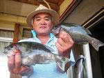 8月27日 磯釣りで小崎さん クロ27㎝・24.5㎝