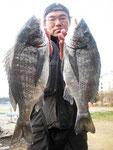 2月23日 磯釣りで弥山さん 良型チヌ48.5㎝と46.5㎝