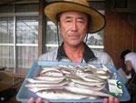 8月7日 ボート釣りで宮田さん セイゴ30.5㎝1匹 キス25㎝を頭に32匹