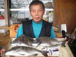 8月20日 ダゴチン釣りで宮村さん チヌ40.5㎝~38㎝を3匹 アジ26㎝1匹