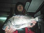 2月13日 磯釣りで川口さん 良型チヌ46㎝