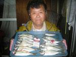 6月12日 ボートからのサビキ釣りで塩塚さん アジ25㎝を頭に13匹