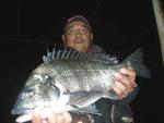 1月8日 磯釣りで野田さん 良型チヌ45㎝