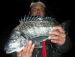 2月13日 磯釣りで宮崎さん 良型チヌ45㎝