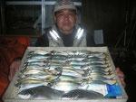 8月17日 ダゴチン釣りで藤井さん達 メイタ34㎝前後2匹 アジ25.5㎝を頭に39匹