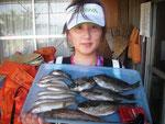 7月17日 磯釣りで石川さん クロ25㎝を頭に4匹 キス23㎝を頭に9匹