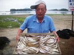 7月1日 ボート釣りで音成さん キス25㎝を頭に64匹 トラギス9匹