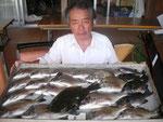 8月10日 ダゴチン釣りで北原さん チヌ35㎝を頭に17匹 クロ27㎝を頭に4匹 ヒラメ35㎝