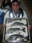 2月16日 磯釣りで永田さん チヌ44㎝~40㎝を4匹