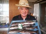 8月5日 磯釣りで小崎さん クロ30㎝~25㎝を6匹 メイタ33㎝を頭に2匹
