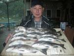 8月14日 ダゴチン釣りで西山さん チヌ40㎝を頭に30匹以上(写真は10匹) タイ34㎝