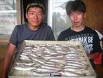 8月24日 ボート釣りで原田さんと小西さん キス23㎝を頭に72匹