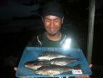 7月3日 磯釣りで山下さん 良型クロ32.4㎝を頭に3匹 メイタ26㎝