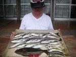6月9日 ダゴチン釣りで木原さん ヒラメ35㎝ メイタ33㎝を頭に7匹 キス21㎝を頭に4匹 アジ23㎝前後11匹