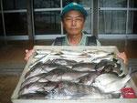 7月1日 磯釣りで村上さん チヌ40㎝を頭に2匹 クロ33㎝を頭に13匹 アジ23㎝前後8匹