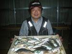 7月31日 磯釣りで上野さん アジ25㎝を頭に29匹 クロ26㎝前後2匹