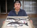 5月21日 ダゴチン釣りで田畑さん 良型チヌ47㎝~26㎝を5匹