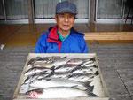 4月11日 ダゴチン釣りで西田さん メイタ30㎝前後を10匹・ボラ48㎝2匹・アジ20㎝前後2匹