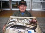 5月7日 ダゴチン釣りで川口さん 良型チヌ48㎝を頭に4匹 アジ25㎝~20㎝・20匹
