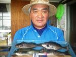 8月20日 磯釣りで小崎さん クロ25.5.㎝~24㎝を4匹