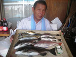 7月30日 ダゴチン釣りで宮村さん チヌ42㎝を頭に3匹 タイ36㎝ アジ27㎝を頭に4匹