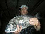 6月26日 磯釣りで川島さん 良型チヌ47.6㎝