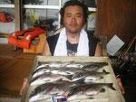 8月20日 ダゴチン釣りで小平さん チヌ40㎝を頭に9匹 クロ25㎝1匹