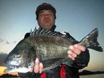 2月24日 磯釣りで渡辺さん 良型チヌ47㎝