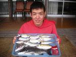 6月17日 ダゴチン釣りで石原さん メイタ35㎝を頭に2匹 アジ24㎝前後10匹