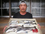 6月4日 ダゴチン釣りで古荘さん チヌ42㎝を頭に4匹 アジ25㎝前後を6匹