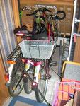 Die Hinterradbremsen sind mit kleinen Spanngurten festgesetzt. Unglaublich, aber so stehen die Räder super fest.