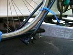 Durch die tiefe Position passt das Pedal unter den Gaskasten, das Rad steht dicht vor dem Gaskasten (Wenderadius wird nicht eingeschränkt)