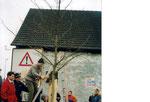 Pflanzung eines Baumes an der Ortsgrenze vor dem Müller-Hof (durch Ludwig Braun) zum Gedenken der ersten Demo von Friedrichshofener Bürgerinnen und Bürger für eine künftig dauerhafte Verkehrsberuhigung in der Friedrichshofener Straße.