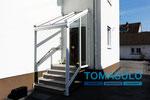 Haustür Vordach mit Windschutz und Entwässerung