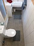 Badezimmer WC Appartement 1 Garten vorne