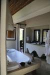 unser traumhaftes Bad mit Innen- und Außendusche