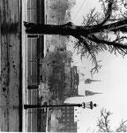 Das Basler Münster im strengen Winter 1962 mit den beiden Pfalzbadhysli (links Frauen, rechts Männer)